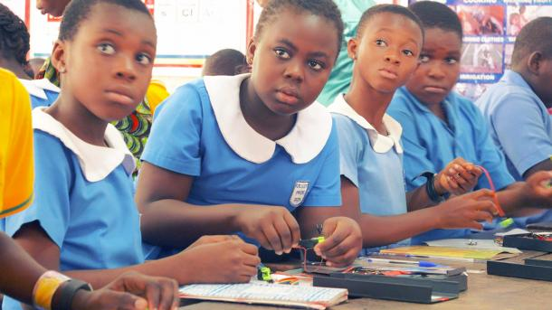 Doku Digital Africa: Schülerinnen mit dem Dext Science Kit