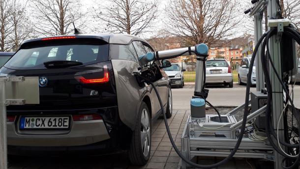 Elektroautos: Roboter soll E-Autos schnell laden