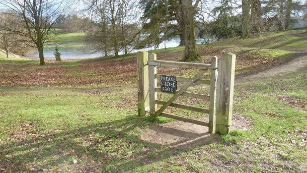 """Gartentor ohne Zaun daneben, Schild """"Please close gate"""""""