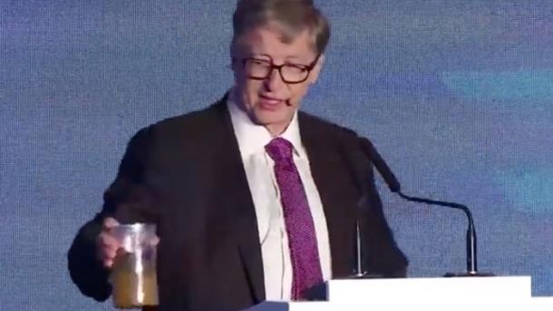 Mit Glas voll Kot: Bill Gates will Toilettenrevolution starten