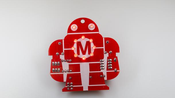 Rote Platine in Form des Makey-Roboters