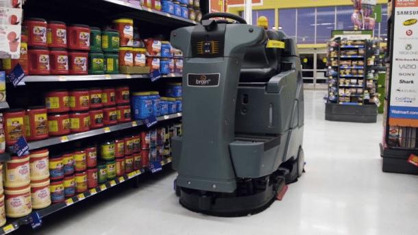 Eine Scheuersaugmaschine in einem Supermarkt