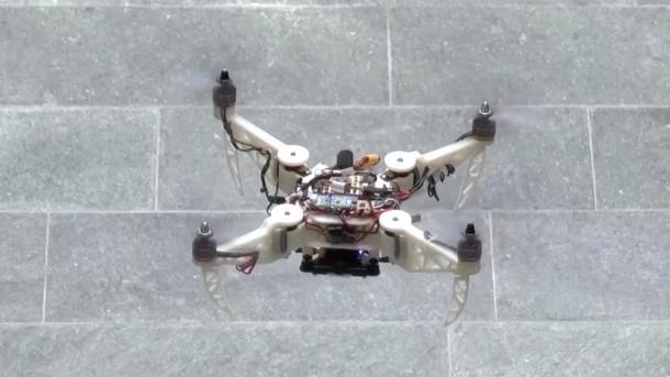 Faltbare Drohne fliegt flexibel