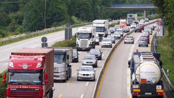 Merkel und Scheuer: Autobranche beim Klimaschutz vor Herausforderung
