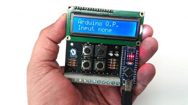 Eine Hand hält eine Platine mit Display und Arduino Nano.