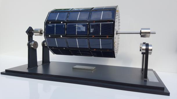 Mendocino-Motor: Über einer Bodenplatte schwebt ein Zylinder, der mit Solarpanelen ummantelt ist.