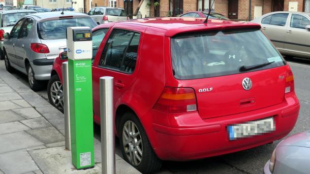 Roter VW Gold TDi neben Stromtankpunkt