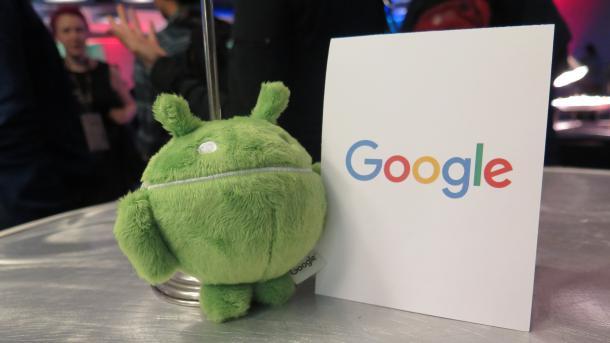 """Grüner Plüsch-Androide neben Schild """"Google"""""""