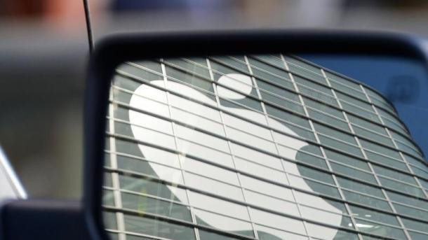 Apple-Logo in einem Autospiegel