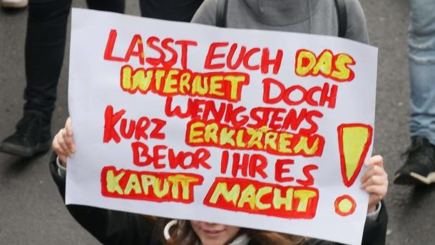 """Voss muss weg"" – Mehr als 10.000 demonstrieren in Köln"
