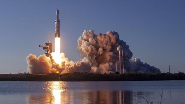 SpaceX: Schwerlastrakete Falcon Heavy absolviert ersten kommerziellen Flug