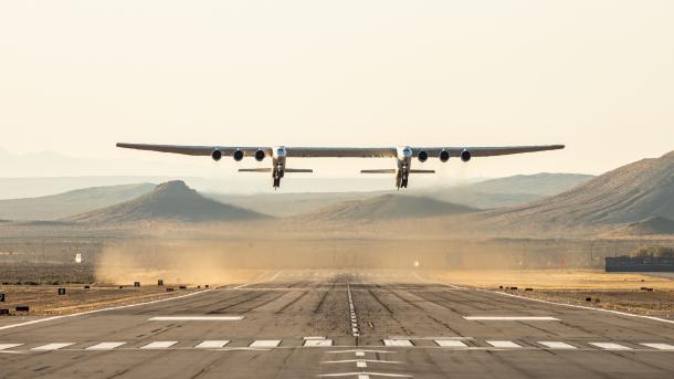 Stratolaunch: Weltgrößtes Flugzeug absolviert ersten Testflug