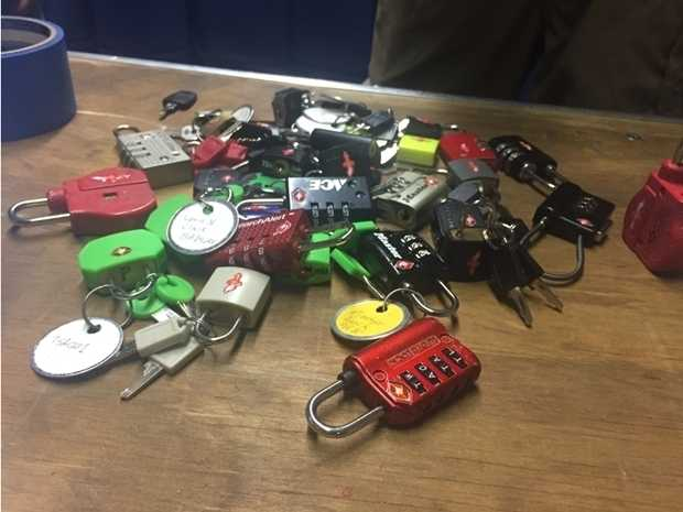 Johnny Xmas veröffentlichte ein Bild von erworbenen Schlössern, die sich mit TSA-Generalschlüsseln öffnen lassen.