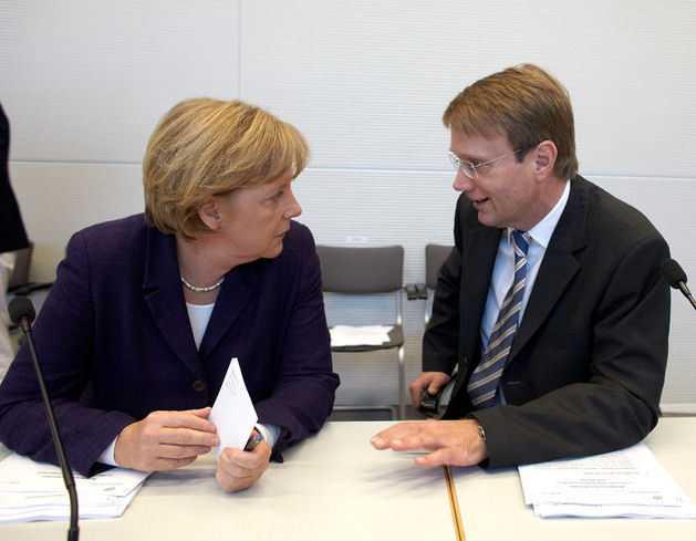 Ronald Pofalla (hier mit Angela Merkel) hält nach seinem Auftritt im Parlametarischen Kontrollgremium die NSA-Spähaffäre für geklärt. Die Opposition sieht das ganz anders.