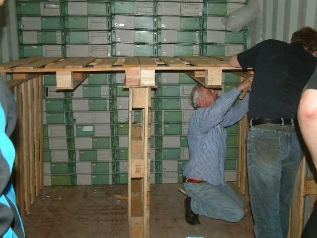 Pro Container gehen rund 200 PCs auf den Weg nach Afrika.
