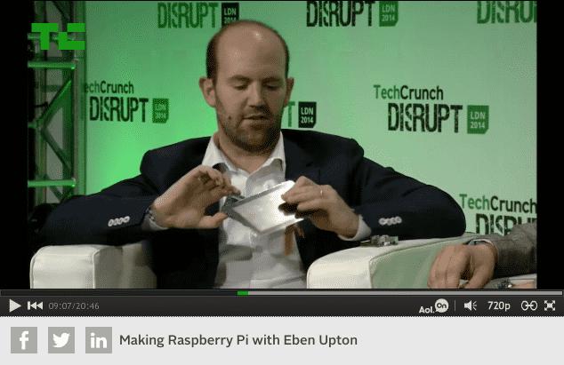 """Eben Upton zeigt auf der Bühne der TechCrunch-Konferenz """"Disrupt Europe 2014"""" das 7-Zoll-Touch-Display für den Raspberry Pi"""