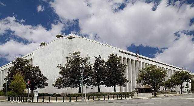Weitläufiges, quaderförmiges Gebäude in Weiß