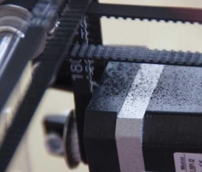Hier kann man die leichte Ausfransung des Zahnriemens sowie den Abrieb auf dem Motor erkennen.