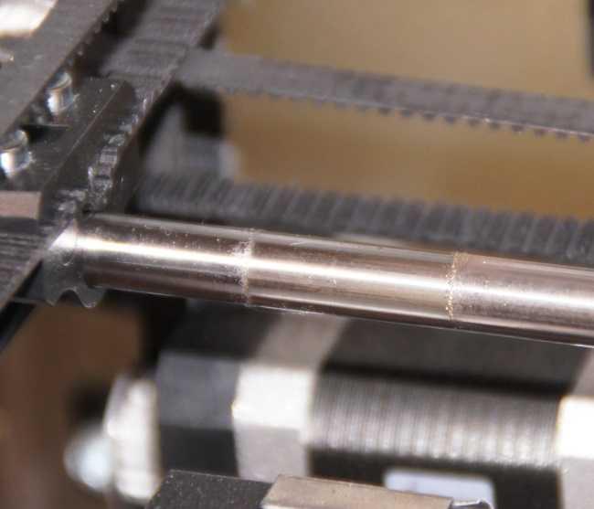 Die Stange zeigt den sich in der Schmierung ablagernden Abrieb.
