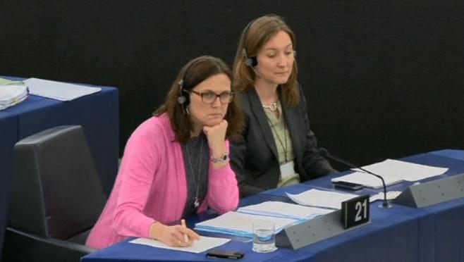 EU-Innenkommissarin Cecilia Malmström (links) verkündete, dass das Vertragsverletzungs-Verfahren gegen Deutschland wegen Nicht-Umsetzung der Richtlinie zur Vorratsdaten-Speicherung nunmehr eingestellt wird.