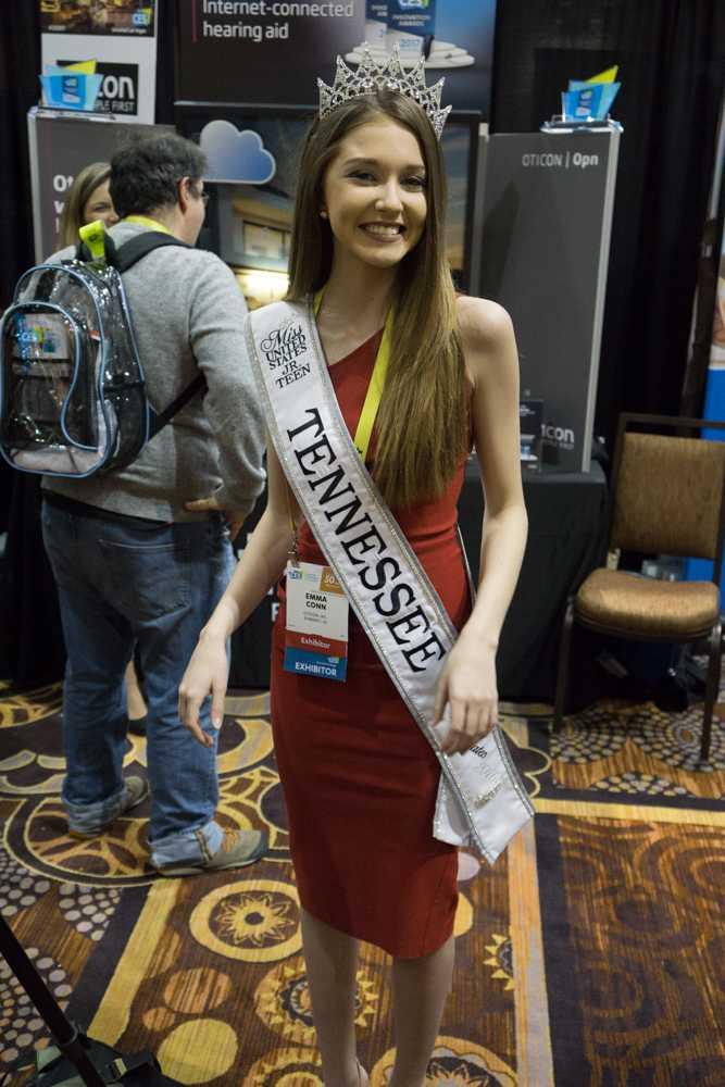 Präsentiert wird das smarte Hörgerät von der Miss United Staates Jr. Teen, die nach eigenen Angaben das Produkt selbst nutzt.