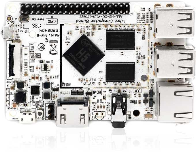 Blick auf ein weißes Board mit Elektronikkomponenten von oben