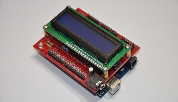 Ein Arduino mit aufgestecktem roten Shield, auf dem ein LC-Display befestigt ist.