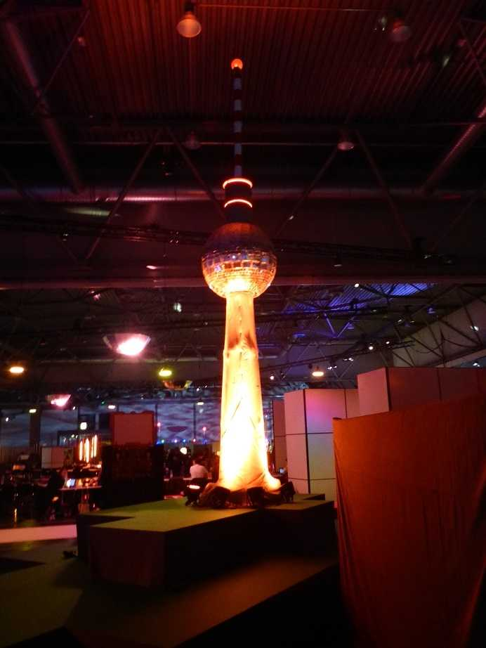 Die Sonne lacht über Leipzig, doch der Funkturm der Berline c-Base steht<br /> im Dunkeln.