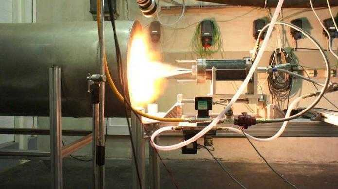 Rakete mit Kerzenwachs-Antrieb gestartet