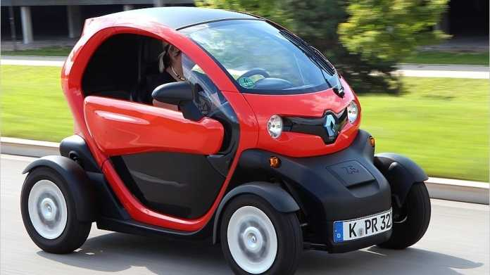 """Der Renault Twizy ist lediglich 2,32 Meter lang. Der Name soll sich folgendermaßen herleiten: """"Twi"""" für Twin (ein Zweisitzer), """"z"""" für zero (abgasfrei, zumindest lokal) und das """"y"""" soll für den letzten Buchstaben in """"easy"""" stehen."""