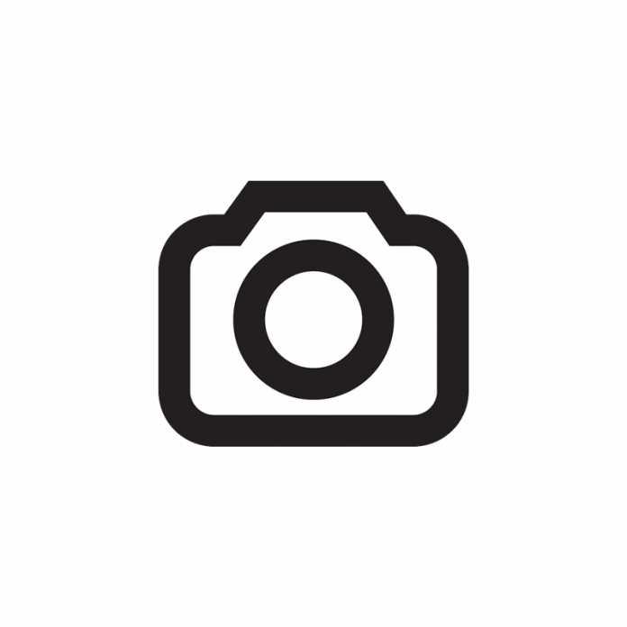 Fabrverfälschtes Bild einer Amazon-Echo-Brille, dahinter ein Amazon-Logo