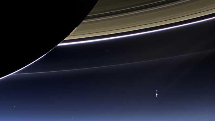 Saturn und Erde
