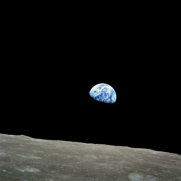 Earthrise - Erde geht über dem Mond auf