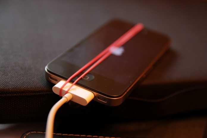 Das geschenkte iPhone funktioniert, wenn man auch manchmal mit einem Gummiband nachhelfen muss.