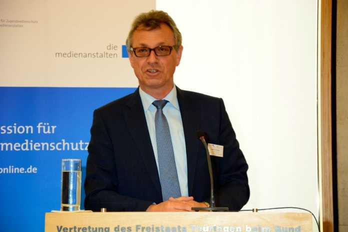 Siegfried Schneider, Chef der Kommission für Jugendmedienschutz, plädiert für eine Vorinstallation von Jugendschutzprogrammen und Pornofiltern bei Geräten für den Internet-Zugang
