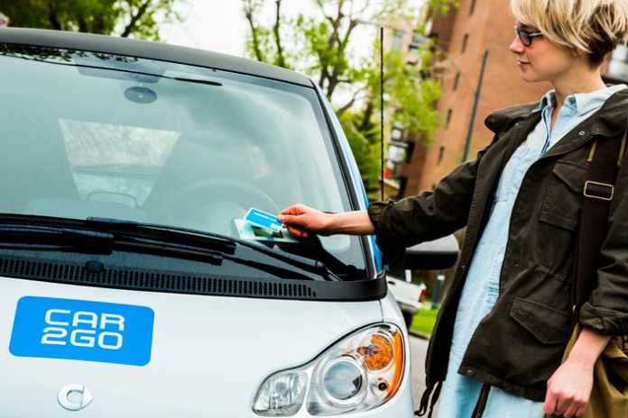 Beim car2go meldet man sich mit seiner Kundenkarte an, dann kann man mit dem kleinen Smart losbrausen. Wenn er nicht offline ist.
