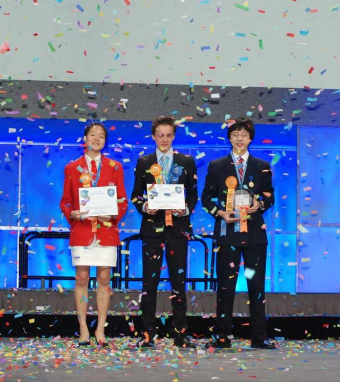 Weltmeister der Jungforscher: Shannon Lee (Singapur, links) und Lennart Kleinwort (Wrzburg, rechts) belegen den zweiten Rang bei der Intel ISEF 2014, Nathan Han (USA, Mitte) räumt den mit 75.000 US-Dollar dotierten Hauptpreis ab.