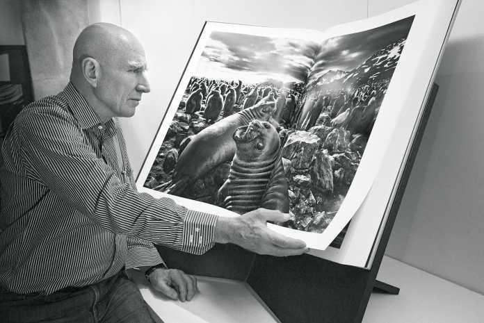Sebastião Salgado mit seinem Fotoband Genesis