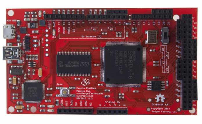 Auf der Platinenunterseite des Papilio Uno befindet sich der vom Arduino Leonardo bekannte Atmel AVR-Chip.