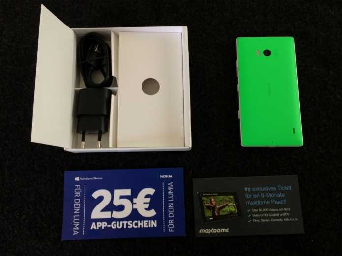 Lieferumfang: Lumia 930, Ladegerät, USB-Kabel, 25 € App-Gutschein, 6 Monate Maxdome Schnupperabo. Keine Ohrhörer.