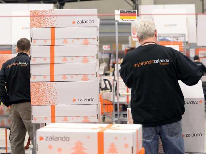 Mitarbeiter verpacken im Erfurter Zalando-Logistikzentrum die Ware.