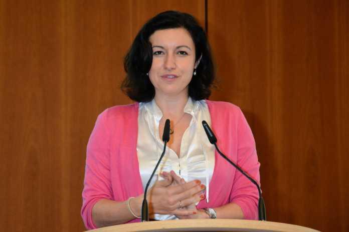 Gut Breitbandausbau will Weile haben, findet Staatsekretärin Dorothee Bär.