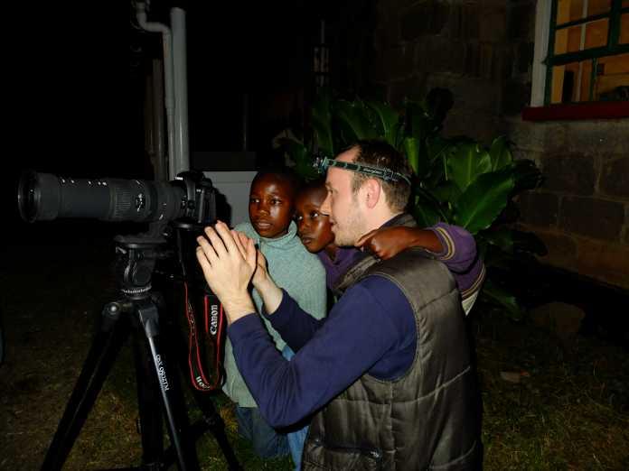 """Eugen Kamenew besuchte in Kenia auch die Kinder des """"Malaika Home""""-Projekts (www.malaika-projekt.de), das sich um Waisenkinder in Kenia kümmert. Initiiert wurde das Waisenhaus-Projekt von Geert Schroeder und Kristiane Ewert."""