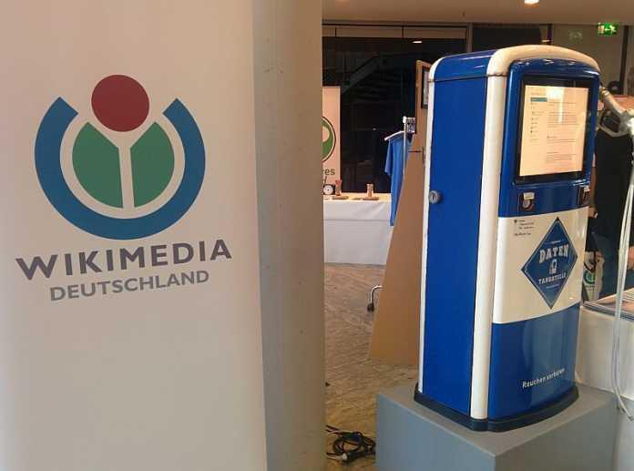 Eine Aktion von Wikimedia Deutschland: Eine Datentankstelle, an der <br /> Interessenten freies Wissen auf einen USB-Stick laden können.