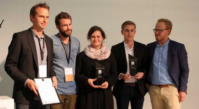 Die Gewinner-Teams docmine (Carl Lutz) und Andreas Huber (Physik 7) gemeinsam mit Robert Goldschmidt (Deutscher eBook Award) bei der Siegerehrung