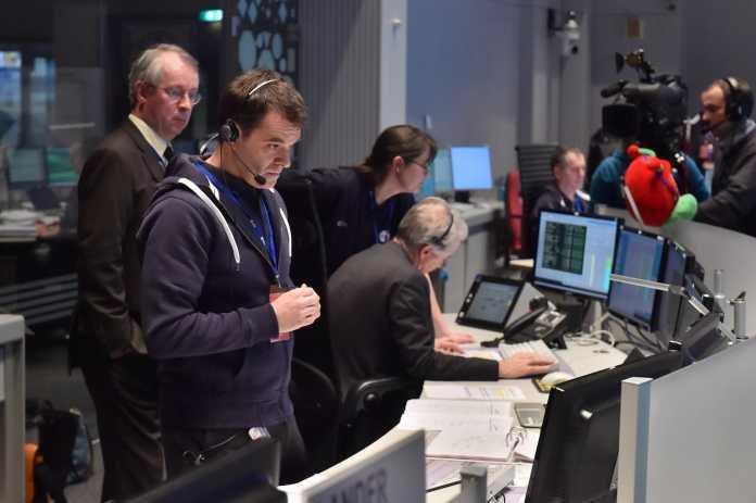 Die Anspannung ist im ESA-Kontrollzentrum nicht zu übersehen.