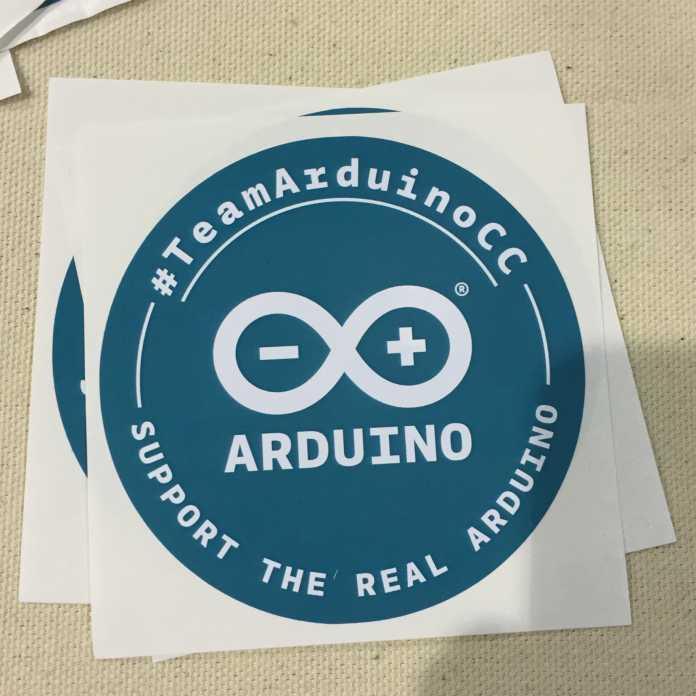 """... währenddessen bat Arduino LLC auf Aufklebern um Unterstützung für """"den echten Arduino""""."""