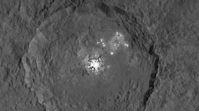 Helle Flecken auf Zwergplanet Ceres