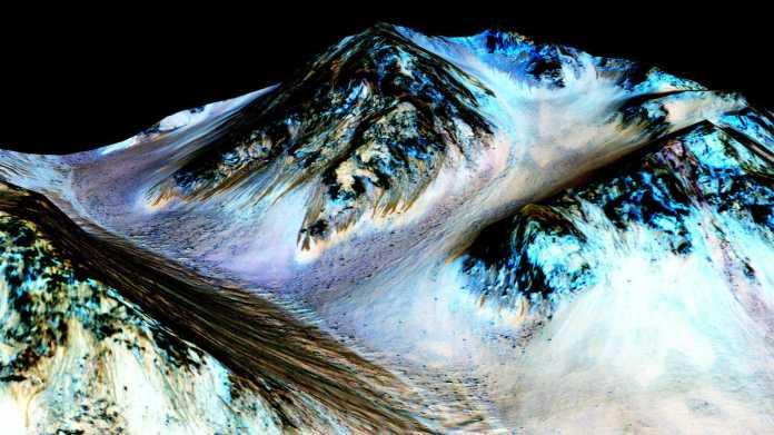 Streifenförmige Spuren des salzigen Schmelzwassers auf dem Mars