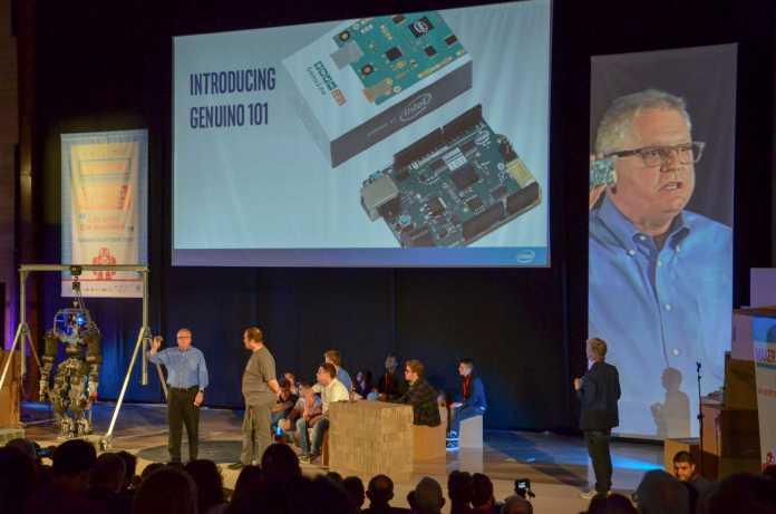 Josh Walden von Intel stellte das neue Board zur Eröffnung der Maker Faire Rom gemeinsam mit Massimo Banzi von Arduino vor.